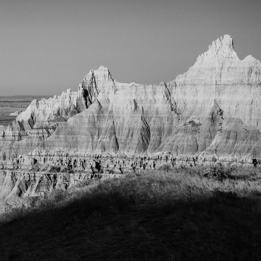 sort & hvitt bilde av golde spisse fjell